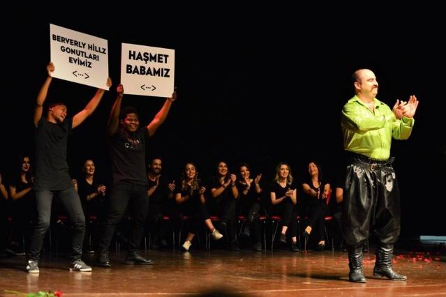 """Uşak Belediyesi Şehir Tiyatrosu oyuncuları """"Godo'yu Beklerkene"""" adlı oyunu ikinci kez sergiledi. Yoğun talep üzerine bir kez daha sahnelenen oyuna bu kez pek çok ünlü sinema ve tiyatro oyuncuları da seyirci olarak katıldı."""