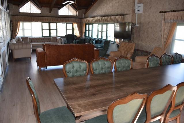 Yapısıyla göz dolduran yeni Çayzade, geniş menüsüyle ve barındırdığı vip odasıyla da ilgi topluyor. Özel misafirlerin ve kalabalık grupların kullanımına sunulacak olan vip odası aynı zamanda küçük çaplı toplantılara da ev sahipliği yapabilecek.