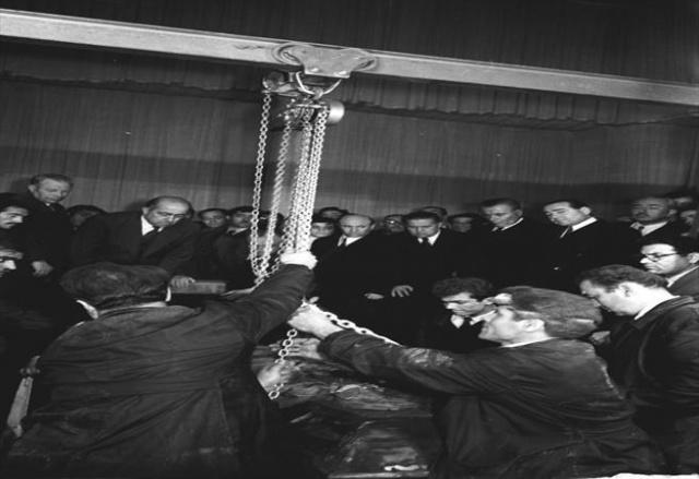 Atatürk'ün naaşı Anıtkabir'e götürülmek üzere Etnoğrafya Müzesi'ndeki geçici kabrinden 4 Kasım 1953'te çıkarıldı. İşlem sırasında (arkada sağdan sola) Ankara Belediye Başkanı Atıf Benderlioğlu, Başbakan Adnan Menderes, TBMM Başkanı Refik Koraltan, Cumhurbaşkanı Genel Sekreteri Nurullah Tolon ve Ankara Valisi Kemal Aygün de hazır bulundu.