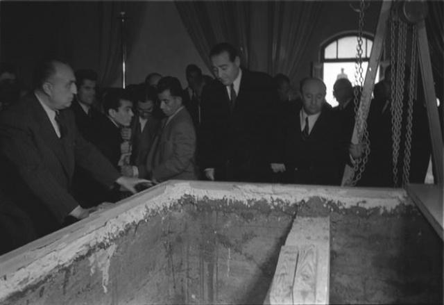 Atatürk'ün naaşı Anıtkabir'e götürülmek üzere Etnoğrafya Müzesi'ndeki geçici kabrinden 4 Kasım 1953'te çıkarıldı. İşlem sırasında Başbakan Adnan Menderes (ortada), Ankara Valisi Kemal Aygün (sağda) de hazır bulundu.