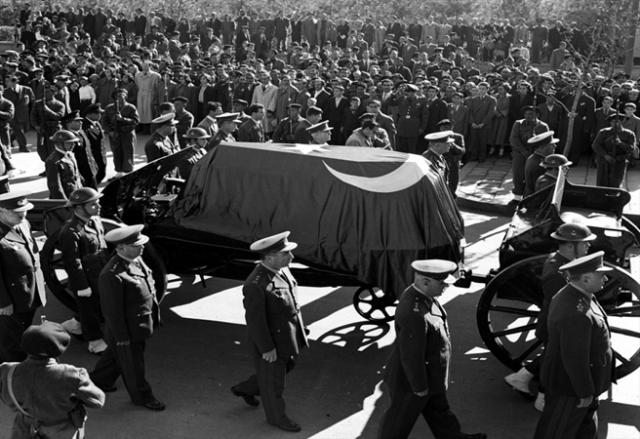 Anadolu Ajansı, fotoğraf arşivinden derlenen karelerle Mustafa Kemal Atatürk'ün cenazesinin Dolmabahçe Sarayı'ndan Anıtkabir'e yolculuğunu anlattı.