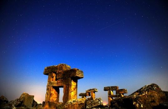 """Uşak'ta bulunan Blandus antik kentindeki tarihi yapılarda """"yıldız kayması"""" olarak bilinen göktaşı yağmurunun en yoğun olanlarından Perseid  böyle gözlendi."""
