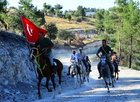 """Orman ve Su İşleri Bakanlığı uhdesinde düzenlenen Zafer Haftası etkinlikleri kapsamında, İstiklal Savaşı'nda süvarilerin Afyonkarahisar'dan İzmir'e ilerleyişini canlandıran 10 kişilik """"Büyük Taarruz Atlı Birlikleri"""" 400 kilometrelik uzun ve yorucu yolculuğu at üstünde sürdürüyor."""