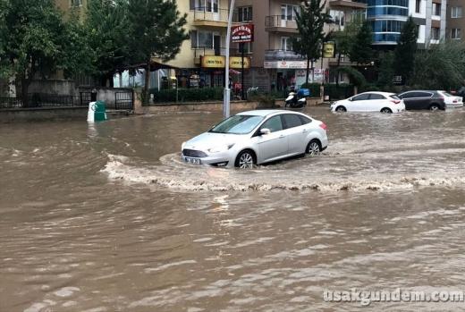 Uşak kent merkezinde etkili olan sağanak hayatı olumsuz etkiledi. Bazı cadde ve sokaklarda su birikintileri oluştu, trafikte aksamalar yaşandı