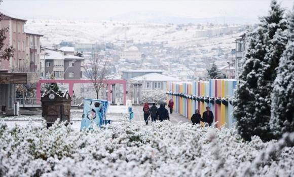 Uşak'ta gece yarısı başlayan kar yağışı kenti beyaz örtüyle kapladı. Güne beyaz bir görüntüyle başlayan Uşaklılar, iş yerleri ve okullarına giderken karın keyfini çıkardı.