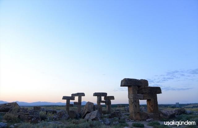 Uşak'ın Ulubey ilçesinde bulunan ve Büyük İskender'in Anadolu seferinden sonra Makedonya'dan gelenler tarafından kurulan, daha sonra Bergama Krallığı, Roma İmparatorluğu'na bağlanan derin vadilerle çevrili bir yarımada üzerinde yer alan Blaundus antik kentinde günümüze kadar kalan yapılar bölgeye gelen astronomi fotoğrafçıları tarafından sık sık ziyaret ediliyor. Bölgede ki tarihi yapılar arasında şehrin giriş kapısı, şehrin simgesi atlar ve kemer dikkat çekiyor.Antik kentteki yapılar gece ve gündüz farklı görsellikler sunuyor
