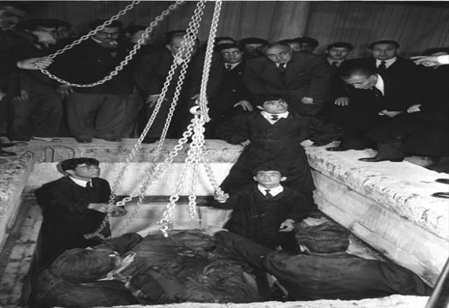 Atatürk'ün naaşı Anıtkabir'e götürülmek üzere Etnoğrafya Müzesi'ndeki geçici kabrinden 4 Kasım 1953'te çıkarıldı.
