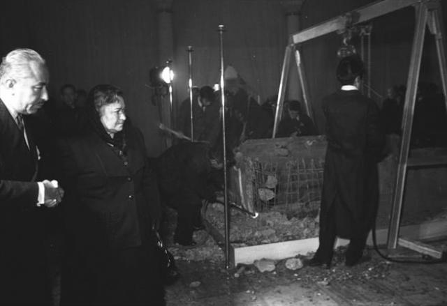 İşlem sırasında (soldan sağa) Ankara Belediye Başkanı Atıf Benderlioğlu ve Atatürk'ün kız kardeşi Makbule Atadan da hazır bulundu.