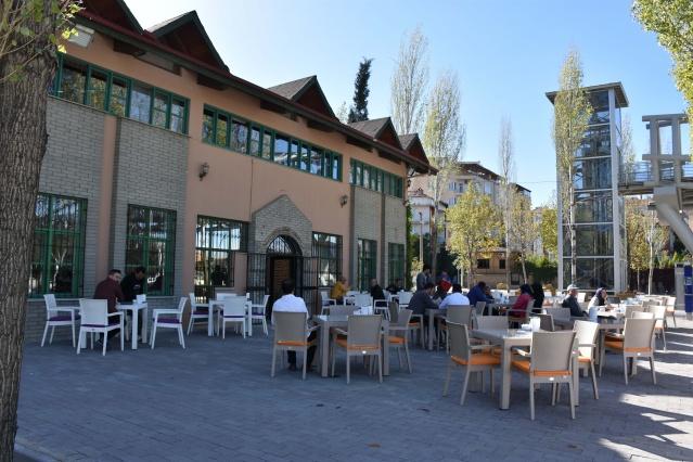 Zabıta parkı olarak da bilinen Milli Egemenlik Parkı'nın yeni dizaynı ve dikkat çeken yapısının yanı başına kazandırılan sosyal tesis Uşak halkını ağırlamaya başladı.