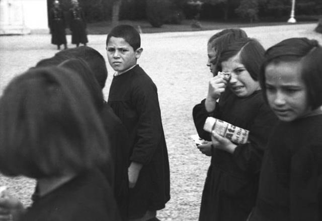 17 Kasım 1938'de Dolmabahçe'de Atatürk'ün naaşı önünde saygı geçişi yapan öğrenciler görülüyor.