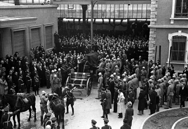 Atatürk'ün cenazesi, 20 Kasım 1938'de Atatürk'ün naaşı Ankara İstasyonu'nda özel trenden alınarak Meclis'e götürülmek üzere top arabasına konuldu.