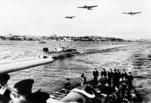Atatürk'ün cenazesi, 19 Kasım 1938'de Yavuz Zırhlısı ile İzmit'e götürülürken Türk Hava Kuvvetleri'ne bağlı uçaklar saygı uçuşu yaparken görülüyor.