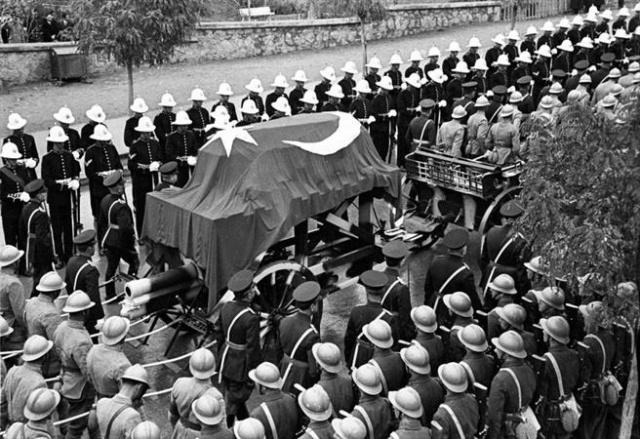 Atatürk'ün cenazesinin 21 Kasım 1938'de Etnoğrafya Müzesi'ne nakli sırasında kortej Talat Paşa Bulvarı'ndan geçerken görülüyor.