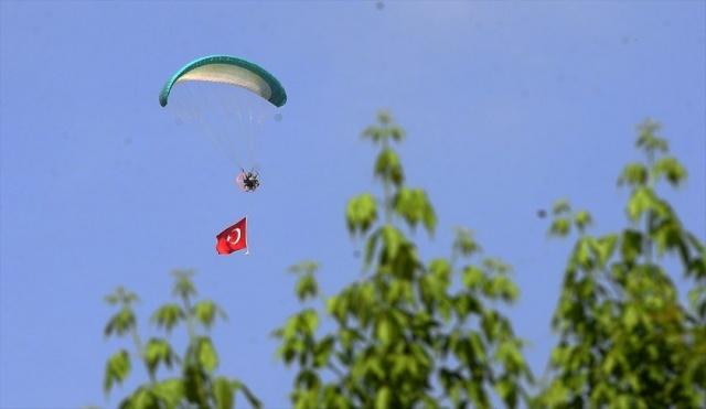 Büyük Önder Gazi Mustafa Kemal Atatürk'ün Milli Mücadele'yi başlatmak için 19 Mayıs 1919'da Samsun'a çıkışının 100. yılı ile 19 Mayıs Atatürk'ü Anma, Gençlik ve Spor Bayramı Uşak'ta düzenlenen törenle kutlandı. Etkinlikler kapsamında, sivil havacı Salim Gören, Türk Bayrağı bağlı paramotorla uçuş gerçekleştirdi.