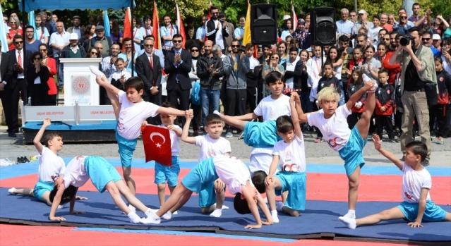 Büyük Önder Gazi Mustafa Kemal Atatürk'ün Milli Mücadele'yi başlatmak için 19 Mayıs 1919'da Samsun'a çıkışının 100. yılı ile 19 Mayıs Atatürk'ü Anma, Gençlik ve Spor Bayramı Uşak'ta düzenlenen törenle kutlandı. Etkinlikler kapsamında, karate, jimnastik, tekvando, halk oyunları gösterileri sunuldu.