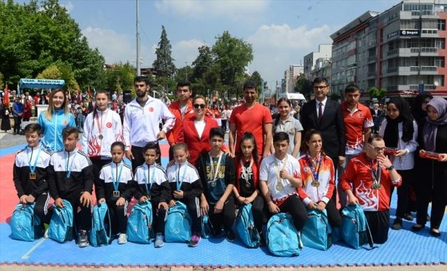 Büyük Önder Gazi Mustafa Kemal Atatürk'ün Milli Mücadele'yi başlatmak için 19 Mayıs 1919'da Samsun'a çıkışının 100. yılı ile 19 Mayıs Atatürk'ü Anma, Gençlik ve Spor Bayramı Uşak'ta düzenlenen törenle kutlandı. Etkinlikler kapsamında çeşitli spor dallarında dereceye giren gençlere hediyeler verildi.
