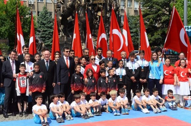 Büyük Önder Gazi Mustafa Kemal Atatürk'ün Milli Mücadele'yi başlatmak için 19 Mayıs 1919'da Samsun'a çıkışının 100. yılı ile 19 Mayıs Atatürk'ü Anma, Gençlik ve Spor Bayramı Uşak'ta düzenlenen törenle kutlandı. Törenin ardından protokol üyeleri fotoğraf çektirdi.