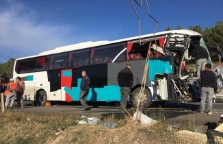 Yolcu otobüsü kamyona arkadan çarpması sonucu 1 ölü 25 yaralı
