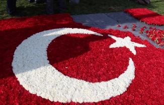 Uşak'ta 80 bin karanfille Türk bayrağı yaptılar