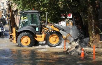 Uşak'ta, internet altyapı çalışmaları sırasında ana su borusu patladı