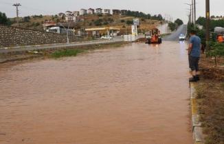 Şiddetli yağmur Uşak'ta hayatı felç etti